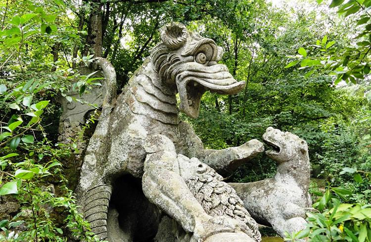 Dragonul atacat de lei